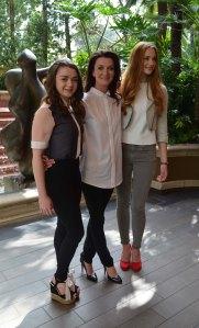 Maisie Williams (vas.) kertoi, että hänen Arya Stark -hahmonsa ottaa vastuun elämästään. Aryan Sansa-sisko (Sophie Turner) taas juhlii häitä. Heidän Catelyn-äitiä esittää Michelle Fairley.