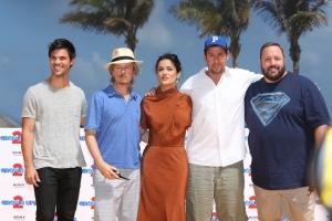 Aikuiseksi kasvaminen on haastavaa, ainakin Grown Ups 2 -komediassa. Kuvassa: Taylor Lautner, David Spade, Salma Hayek, Adam Sandler, Kevin James.