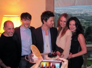 Juhlin eilen DaVinci's Demons -sarjan päänäyttelijän Tom Riley'n 32-vuotissyntymäpäiviä Firenzen Villa San Michele -hotellissa. Paikalla olivat myös sarjan luoja David. S. Goyer (vas.) sekä näyttelijät Blake Ritson, Laura Haddock ja Lara Pulver.