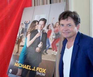 """Michael J. Foxilta on tulossa uusi sarja, The Michael J. Fox Show. """"Pidän työnteosta. Se auttaa minua kontrolloimaan Parkinsonin tautia"""", mies kertoi sunnuntaina Beverly Hillsissä. Hänestä tuli maailmantähti 1980-luvulla Perhe on paras -sarjan ja Paluu tulevaisuuteen -elokuvien ansiosta."""