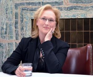 """Meryl Streep on siviilissä lempeä. Samaa ei voi sanoa hänen Violet-hahmostaan August: Osage County -draamakomediassa. Suusyöpää sairastava, lääkekoukussa olevan nainen kehittää painajaismaisen viikonlopun sukulaisilleen, jotka tulevat hänen miehensä hautajaisiin. """"Olen ollut perhetapahtumissa, joissa vuosikymmenien patoutumat ovat niin pinnalla, että tilanne räjähtää, kun joku sanoo väärän sanan"""", Meryl miettii aihetta Lontoossa. ©KU"""