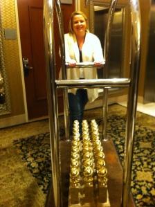 Ennen gaalaa, viemässä Kultainen maapallo -palkintoja juhlasaliin.