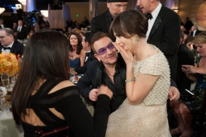 Meidän (HFPA) järjestämässä juhlassa on hauskaa ja rento tunnelma. Tämä kuva kertonee kaiken. Zooey Deschanel (Kolme miestä ja tyttö) istahti Bonon syliin. ©HFPA