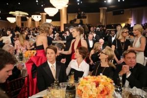 Tähdet tapaavat toisiaan. Perhe – August: Osage County -elokuvan Julia Roberts ja Meryl Streep todistavat muusikko Taylor Swiftin ja näyttelijä Amy Adamsin kohtaamista. ©Armando Gallo / HFPA