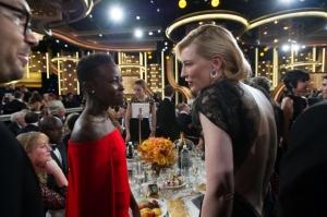 Lupita Nyong'o (12 Years a Slave) oli ensimmäistä kertaa Kultainen maapallo -gaalassa. Hän tapasi monta konkaria kuten Cate Blanchettin (Blue Jasmine). ©HFPA