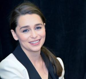 """Game of Thrones -sarjan Daenerys Targaryenia esittävä Emilia Clarke on oikeasti brunette. """"Pitkä blondi peruukki antaa minulle hahmoni tarvitsemaa itsevarmuutta, mutta samalla sitä on tukala käyttää paahtavassa auringonpaisteessa kuvauksissa Marokossa."""""""