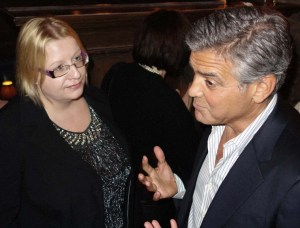 """""""Olen onnellinen. Olemme kiinnostuneita samanlaisista asioista ja minulla on kumppani kenen kanssa voin tehdä asioita. Kuvaan kuukauden elokuvaa New Yorkissa ja Amal luennoi sinä aikana ihmisoikeuksista Columbian yliopistossa. Ainut haittapuoli tilanteessa Amalin kannalta on se, että kuvaajat seuraavat häntä töihin. Hän ei ole tottunut siihen"""", hyväntuulinen Clooney kertoi tänään West Hollywoodissa, HFPA:n hänelle järjestämässä juhlatilaisuudessa. Kuva: William Rutten"""