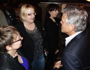 """Clooney esitteli onnellisena kultaista vihkisormustaan. Hän meni naimisiin vaimonsa, asianajaja Amalin kanssa syyskuussa. Minun oli """"pakko"""" kysyä, miten avioliitto on muuttanut hänen elämäänsä. Kuva: William Rutten"""
