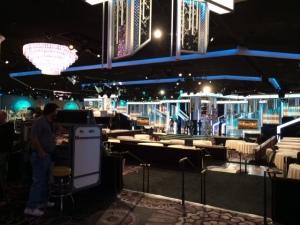 Golden Globe -gaala pidetään Beverly Hilton -hotellin International Ballroom -salissa. Sinne mahtuu hieman yli 1300 vierasta. Suora lähetys alkaa NBC-kanavalla viideltä (PT).