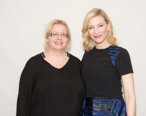 """Cate Blanchett on ilkeä äitipuoli Cinderella – Tuhkimon tarina -elokuvassa. Livenä hän ei ole yhtä ilkeä. Älä kysy, mitä mun hiuksille tapahtui. Tähän mennessä en ole onnistunut olemaan yhdessäkään kuvassa Caten kanssa """"asiallisen"""" näköinen. Kuva: HFPA"""