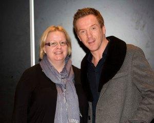 """Lontoossa tapasin Homeland-sarjasta tutun, Damian Lewisin. Hänet nähdään parhaillaan historiallisessa sarjassa Wolf Hall. Hän tuli haastatteluun metrolla. Molemmat näytämme siltä, että olemme vähän """"pihalla"""". Kuva: HFPA"""