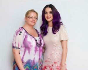 """Poppari Katy Perry on tullut tutuksi värikkäistä asuista. Hänen tyylitajunsa alkoi muokkautua jo lapsena, kun hän kävi isänsä kanssa kirpputoreilla. """"Isä herätti minut seitsemältä aamulla ja lähdimme kiertämään kirppareita. Budjettini oli yhden euron paikkeilla."""" Hän kertoo perineensä myös huumorintajunsa isältään.   Tämän kuvan ottamisesta on jo jokunen vuosi aikaa, mutta toivotan sen myötä hauskaa keikkailtaa Katy Perryn kanssa. Kuva@HFPA"""