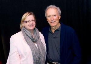 """Clint Eastwood täyttää tänään 85 vuotta. Tahtiaan hän ei aio hidastaa. """"Pitkästyn, ellen tee töitä, joten en aio vetäytyä eläkkeelle. Kun olen aktiivinen, pysyn menossa mukana. Olen sen verran levoton, että jaksan ihailla auringonlaskua ehkä yhden illan ja sitten janoan taas toimintaa"""", Eastwood sanoi viime vuoden joulukuussa, kun tapasin hänet Los Angelesissa. Kuva: HFPA"""