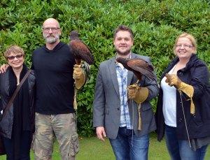 Haukkametsästyksessä Skotlannissa Anken ja Outlander-sarjasta tuttujen MacKenzie-veljesten, Graham McTavishin ja Grant O'Rourken kanssa.