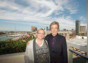 """Tapasin Peter Capaldin San Diegossa, Comic-Conissa. Hän esittää Doctor Who -tieteissarjan pääosaa, Tohtoria. Hän on kahdestoista Tohtori brittiohjelmassa, jonka ensimmäinen jakso nähtiin vuonna 1963. """"Katsoin sarjaa nuorena ja se inspiroi minua ja kavereitani myös leikkeihin."""" Vuosien aikana Dr. Who on kohonnut suosituksi kulttisarjaksi. """"Minua jännitti hypätä Tohtorin saappaisiin, sillä ohjelma on paljon suositumpi kuin mihin minä olen tottunut."""" Kuva: HFPA"""
