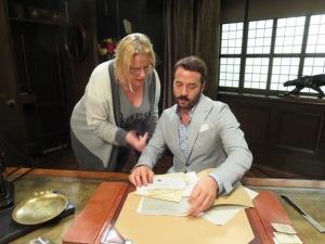 Meikäläinen naputtamassa Mr. Selfridgelle (Jeremy Piven) kirjanpidosta. Laskuja on aivan liikaa, niin kuin aina. Eli kävin siis Mr. Selfridge -sarjan kuvauksissa Lontoossa.
