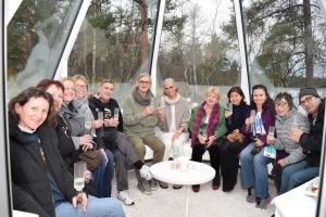 HFPA:n jäseniä Hanneli ja Pekka Sillforsin IDOLI-desingntalon lasitiipiissä Inari-joen rannalla. Lue juttu Lapin elokuvateollisuudesta Golden Globes -sivuilta: http://www.goldenglobes.com/global/film-festivals-end-world-31858 Kuva: Anke Hofmann